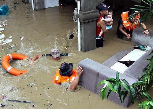 El paso de la tormenta provocó grandes destrozos en los poblados. (Foto-Agencias)