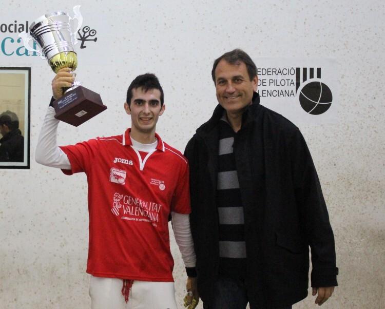 Foto. Marc amb el trofeu de campió