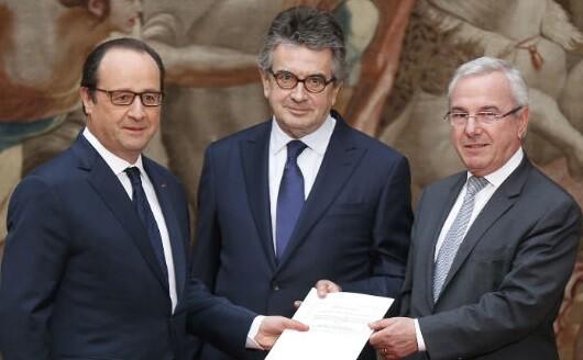 Francois Hollande con dos de sus ministros. (Foto-AP)