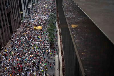 Imagen de la multutudinatia manifestación por las calles de Nueva York. (Foto-Agencias)