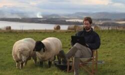 James Oswald en su granja de Escocia. (Foto-Espasa)
