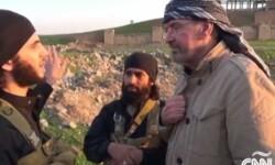Juergen Todenhoefer con miembros del Estado Islámico. (Foto-CNN)