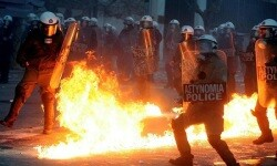 La capital griega vivió una intensa noche de enfrentamientos entre la policía y los manifestantes. (Foto-Agencias)