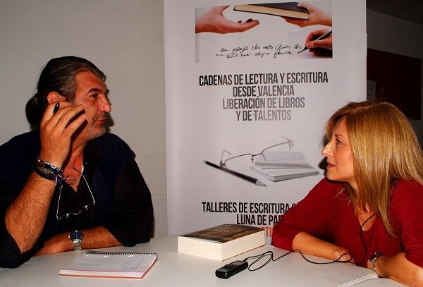 La escritora M.Villamayor durante un momento de la entrevista. (Foto-VLCNoticias)