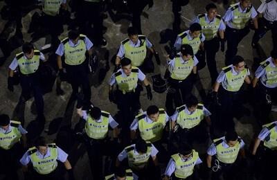 La policía china a punto de intervenir en una manifestación (Foto-AFP)