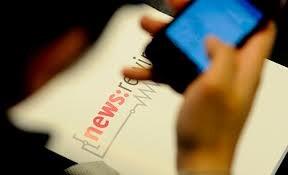 Lector de diarios digitales (Foto-Agencias)