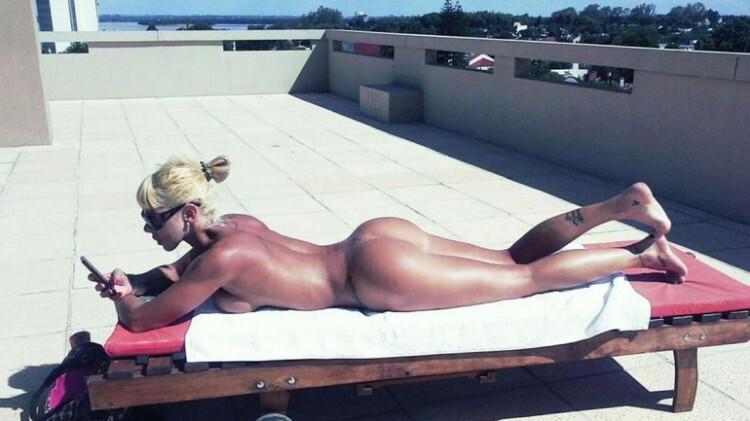 Mónica Farro desnuda