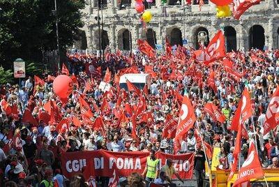 Manifestantes en Roma durante la huelga general. (Foto-Agencias)