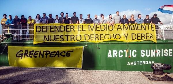Miembros de Greenpeace en el barco Artic Sunrise situado en el puerto de Valencia. (Foto-Greenpeace)