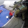 Momento del salvamento de una mujer. (Foto-Marina Militare)