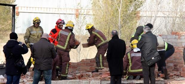 Momento en que los bomberos retiran escombros en el lugar de los hechos. (Foto-Agencias)