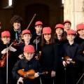 Niños y niñas violinistas.