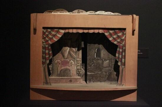 Pequeño teatro para títeres con sus fondos de decorado. (Foto-VLCNoticias)
