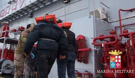 Personas rescatadas del barco incendiado.(Foto-Marina Militare)