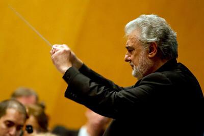 Plácido Domingo durante un ensayo con la orquesta. (Foto-GVA)