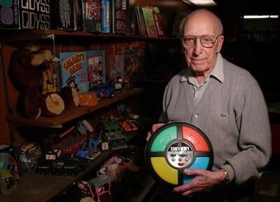 Ralph H. Baer con el juego de su invención ' class=