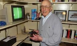 Ralph H. Baer, en su estudio con unos de primeros juegos de su creación. (Foto-Agencias)