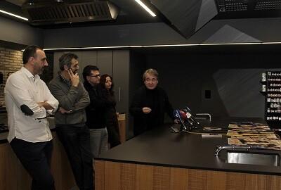 Ricard Camarena y los actores de 'M'esperaràs' durante la rueda de prensa. (Foto-VLCNoticias)
