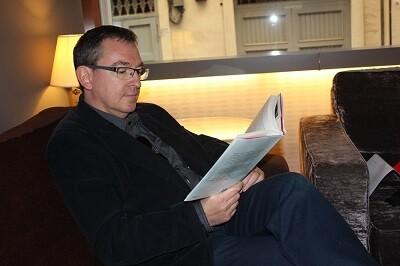 Santiago Posteguilo mira su más reciente trabajo. (Foto-VLCNoticias)
