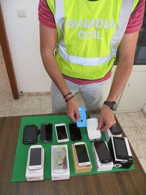 Teléfonos móviles recuperados por la Guardia Civil. (Foto-Guardia Civil-Archivo)