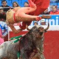 Toroembravecido hirió de dos cornadas a torera mexicana y a cuatro de sus ayudantes (8)
