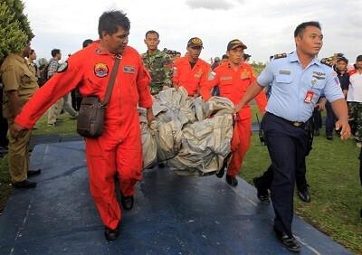 Traslado de material encontrado en la zona del accidente. (Foto-AP)