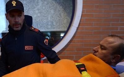 Un afectado por hipotermía es trasladado a un hospital. (Foto-AFP)