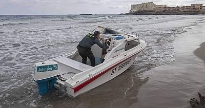 Un agente de la Guardia Civil  en la playa de La Manga (EFE-Marcial Guillén)