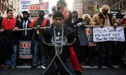 Un hombre protesta por la violencia racial en la manifestación. (Foto-AP)