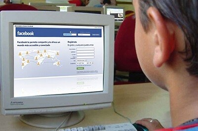 Un niño frente a una página de Facebook (Foto-Agencias)