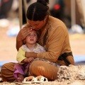Una mujer iraquí proteje a su hijo. (Foto-Twitter)
