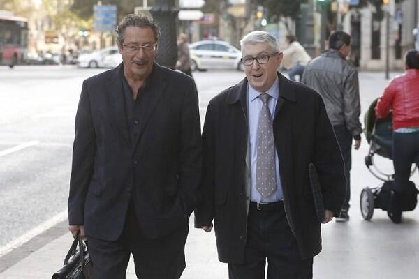 Vicente Sanz, a la derecha, a su llegada al TSJCV para declarar. (Foto-Agencias)