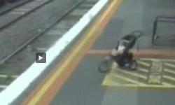 Video  el dramático momento en que un bebé cae a las vías del tren   Australia  bebés  Accidente   América
