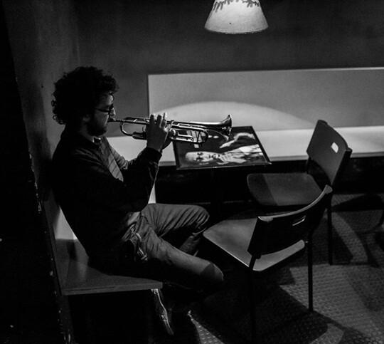 Voro García ensayando con su trompeta. (Foto-Elia Costa)