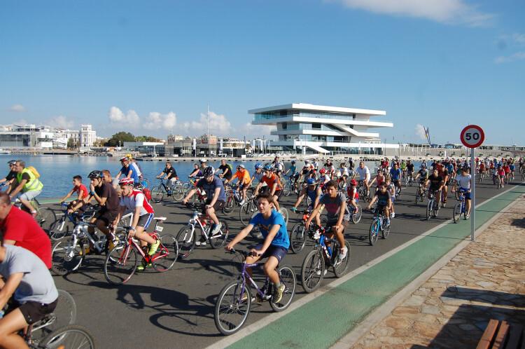 Celebración del Día de la Bicicleta en la Marina Real del Puerto de Valencia. Foto de archivo.