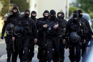 Agentes especiales peinan la localidad. (Foto-Agencias)