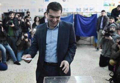 Alexis Tsipras, ejerciendo su derecho al voto.