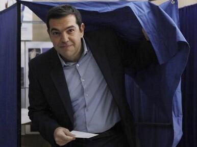 Alexis Tsipras en el momento de ejercer su derecho al voto. (Foto-AFP)