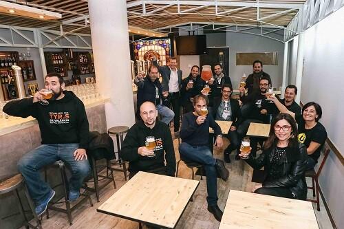 Anabel Navas y Christian Jardel de Bierwinkel con los creadores de diferentes cervezas artesanas valencianas.