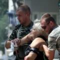 Ayuda a un herido en el ataque al trolebús. (Foto-Agencias)