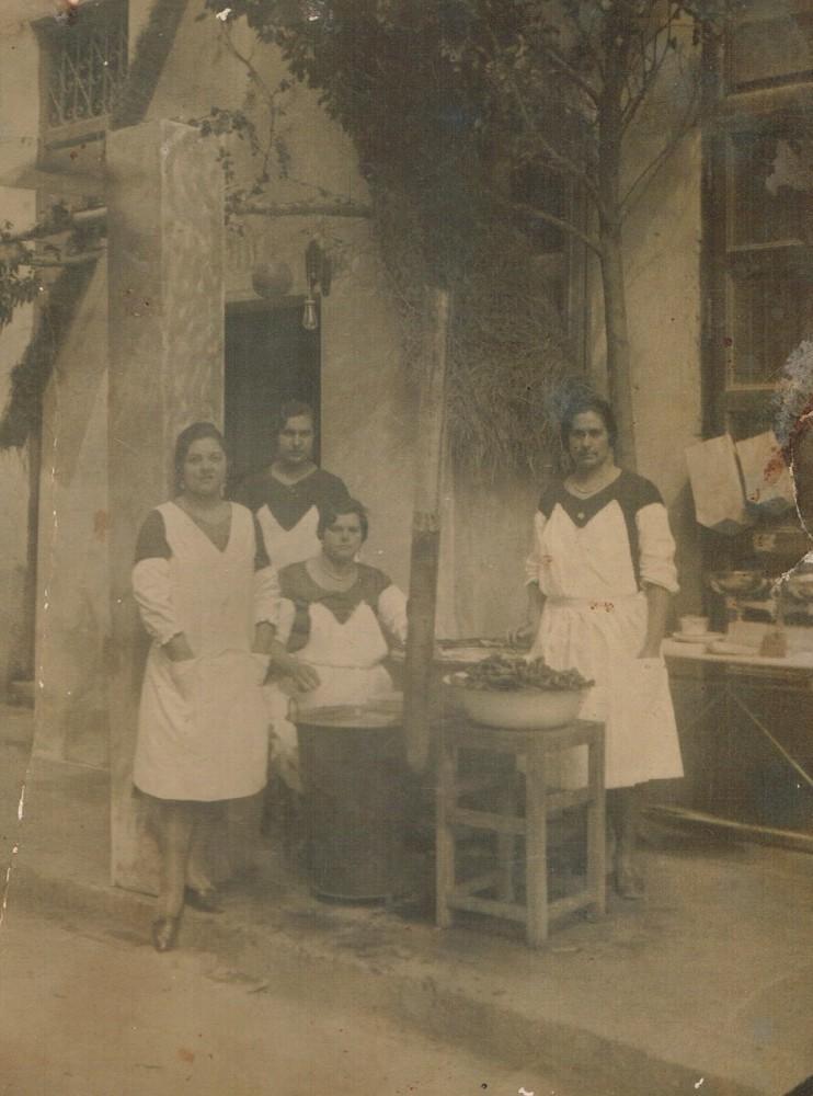 Bunyoleres en la plaça de Pellicers. Años 30. A. P. R. S.