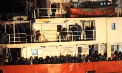 El buque 'Ezadeen' con los inmigrantes a bordo. (Foto-Agencias)