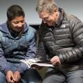 El director Pascal Plisson junto a Carlitos, uno de los niños que participan en el documental.