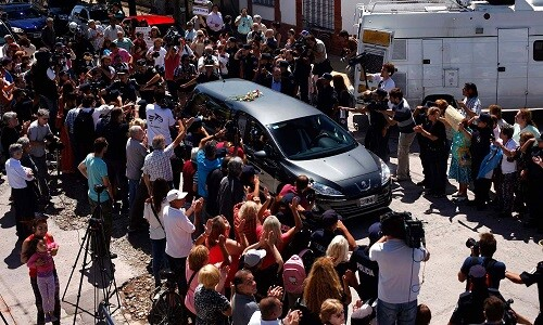 El traslado de féretro de Nisman al cementerio estuvo acompañado por  muchos y diversos grupos de personas. (foto-Agencias)