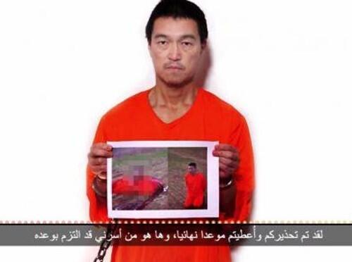 En un fotograma del vídeo, el periodista Kenji Goto sostiene una fotografía en el que Haruna Yukawa aparece muerto. (Foto-Agencias).