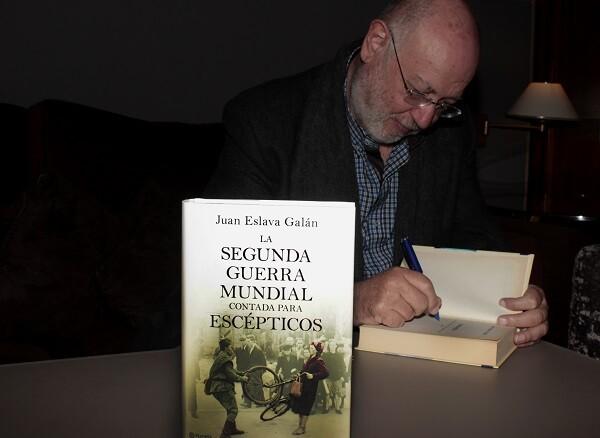 Eslava Galán firmando uno de los ejemplares de su libro.