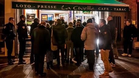 Gente comprando la revista Charlie Hebdo esta madrugada. (Foto-AFP)