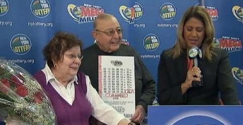 Harold Diamond y su mujer recogiendo el cheque que lo convierte en multimillonario. (Foto-Agencias)