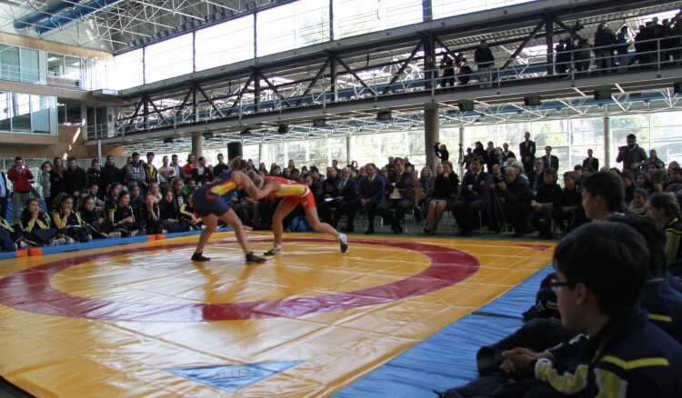 Eugenia Bustabad, campeona de España de lucha libre olímpica y  8ª de Europa,  luchando con uno de los escolares asistentes al acto. autor: CSD.- prensa