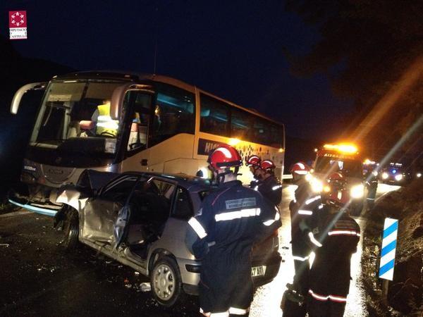Imágenes del accidente del autobús y dos turismos en la CV 190 Lucena del Cid. (1)